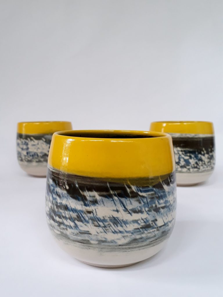 Tasse en grès - 3 couleurs - engobe jaune, noir, le noir est gratté...